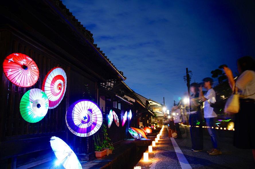 岡寺周辺の古い街並みの格子を使った和傘燈は、周囲の雰囲気とマッチしたライトアップが美しい。