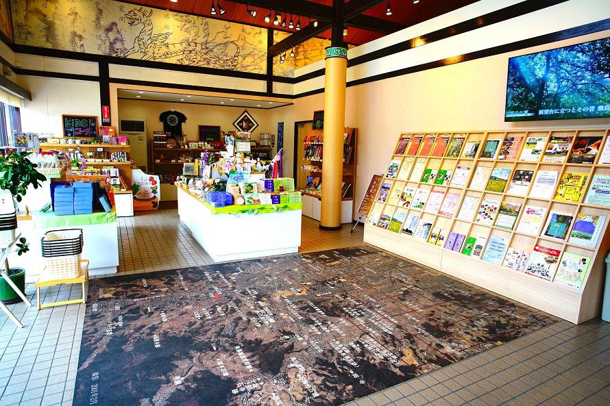 おみやげに買って帰りたい明日香村の特産品なども並ぶ。床面には飛鳥地域周辺を撮影した航空写真を展示。