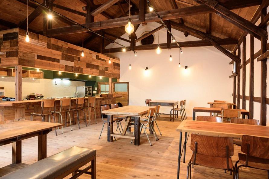 古民家の梁として使われていた古材をカウンターに再利用するなど、セルフリノベーションの技が光る店内。