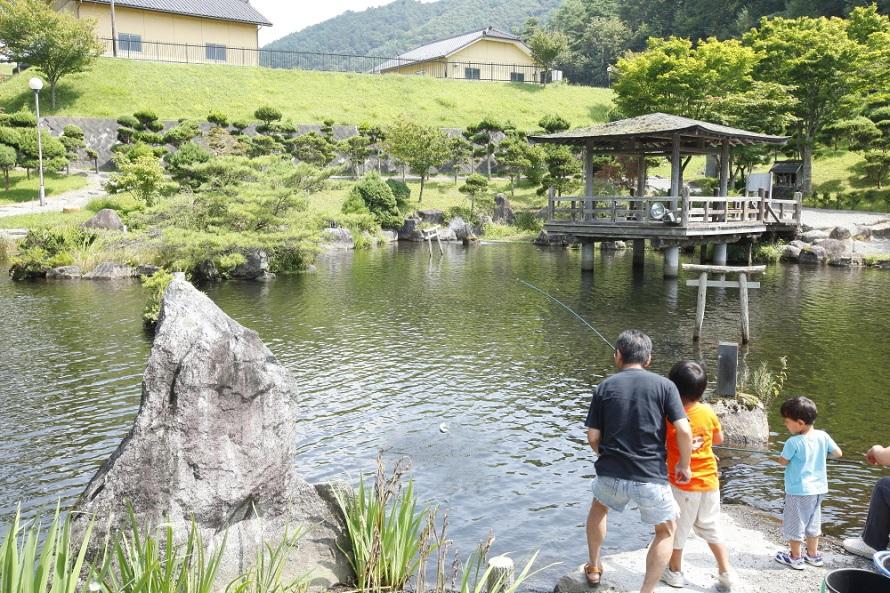 釣り堀の営業期間は4月下旬~10月中旬の毎週土・日曜、祝日。旧遠野市の地形を再現した遠野池で、ニジマスやイワナ、ヤマメなどの釣りを楽しめる。