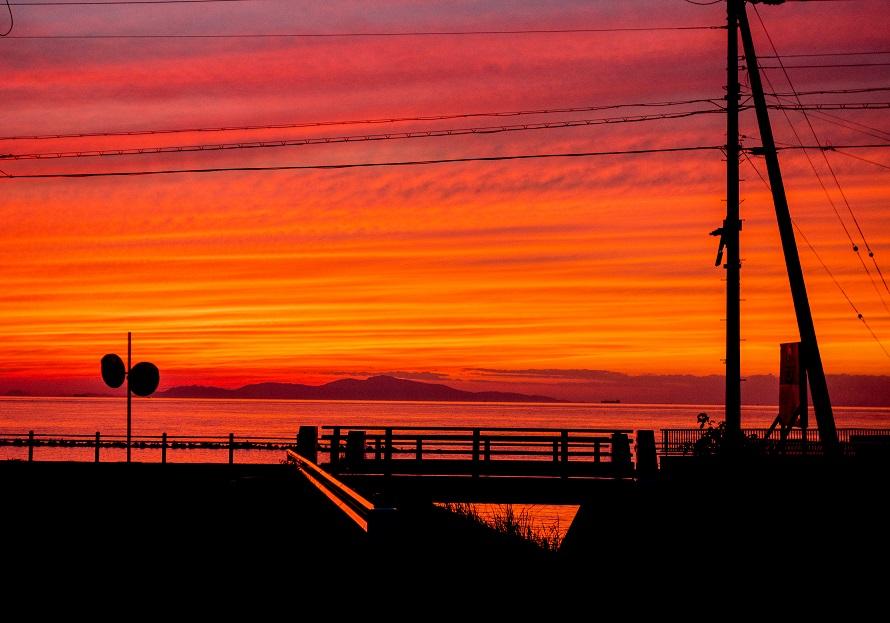 海に沈む、真っ赤に燃えるような夕日に圧倒される。
