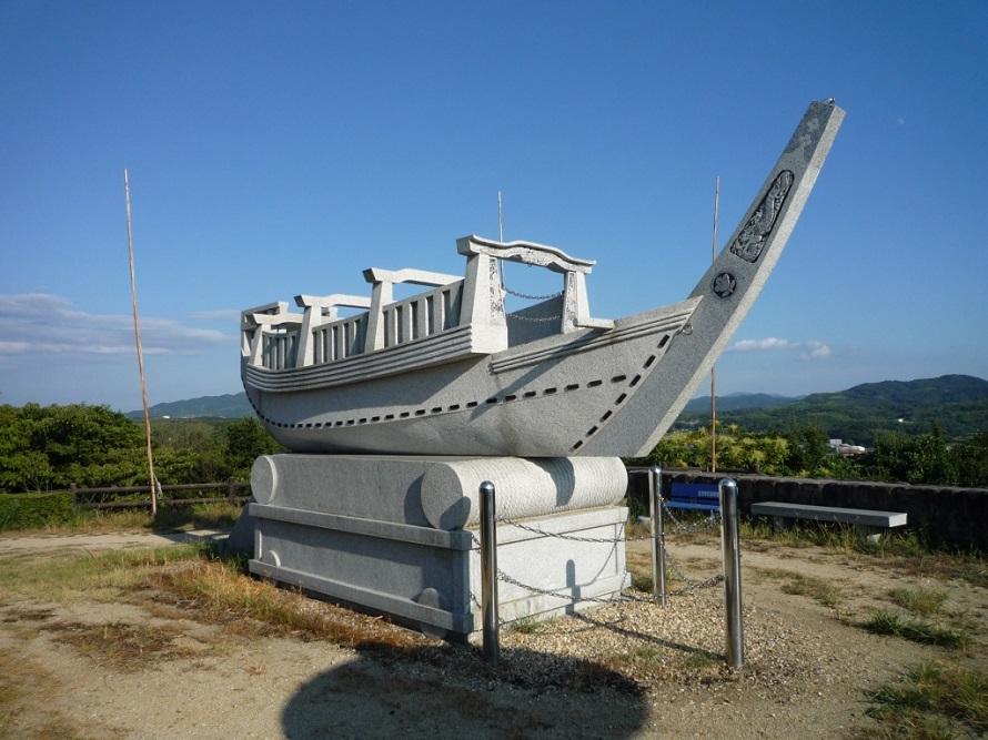 実物大に再現した石造りの舟だんじり。洲本市内の鳥飼八幡宮境内の倉庫には、安政4年(1857)に建造された木造の舟だんじりが保存されており、現在も毎年10月の秋祭りに使用されている。