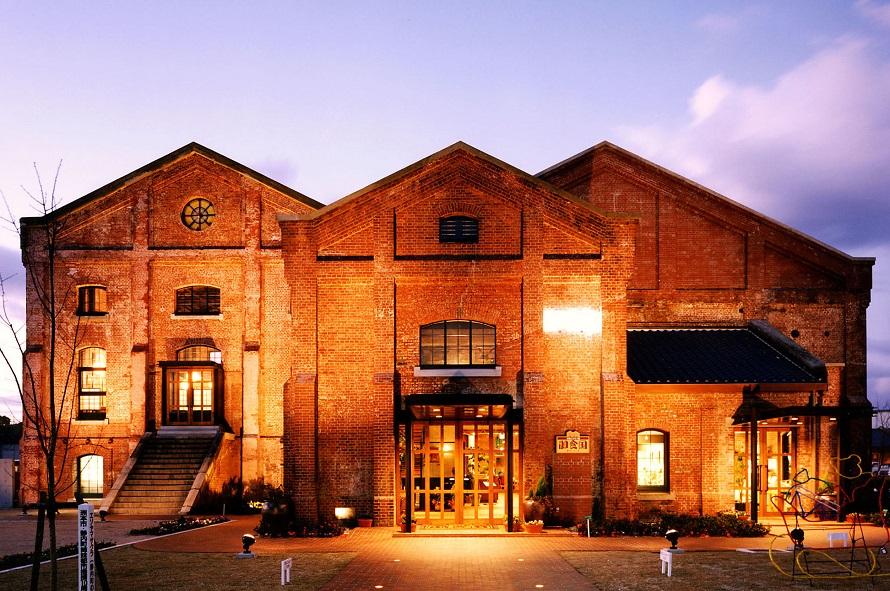 大正時代に建造された工場の建物を利用したレストラン。淡路島のおみやげが揃う特産品店も併設。