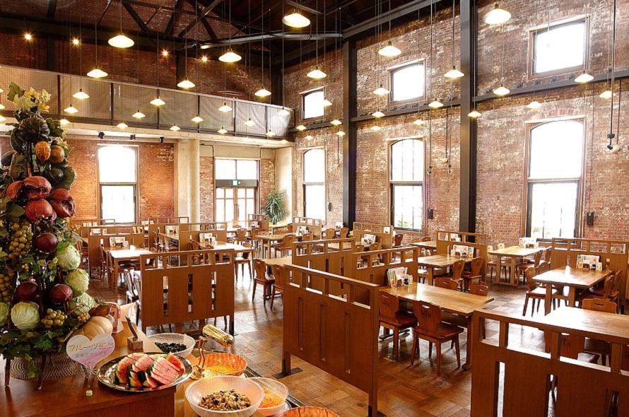 1階レストランホールは天井が高く開放的な雰囲気。2階には団体や宴会用大部屋がある。