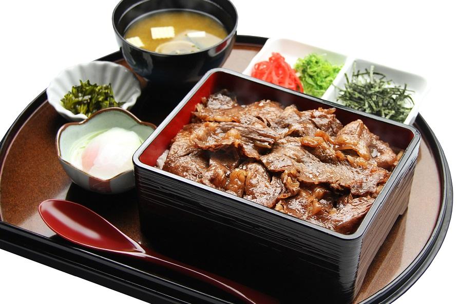 特選淡路牛と淡路産タマネギ、淡路産お米で作った淡路島牛丼セットは2214円(税込)。サラダバー、温泉卵、味噌汁、香の物付き。