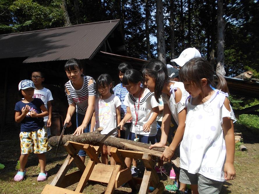 「親子で楽しむ森の教室」は茶臼山麓の自然体験施設「グリーンステージ花の木」で、「あいち森と緑づくり環境活動・学習推進事業」の一環として行われる。