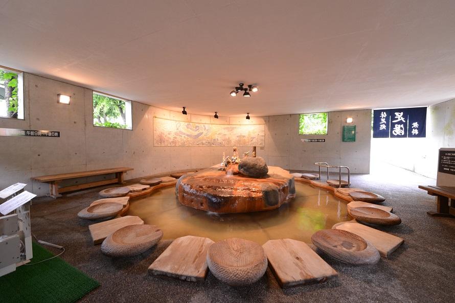 隣接のやまと温泉やすらぎ館の天然温泉をかけ流しにしている足湯。物産販売所で216円でタオル購入可能。