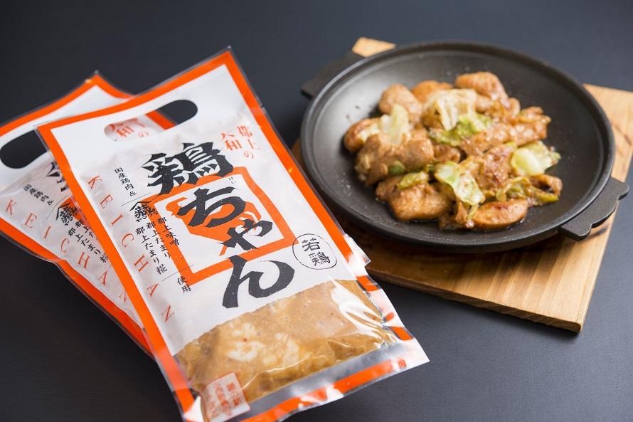物産販売所では、施設内のレストラン「おがたま」料理長監修の「鶏ちゃん」を購入できる。販売価格480円(税込)。