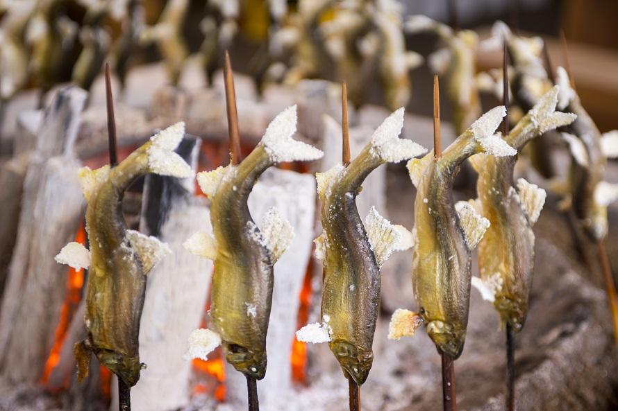 施設内の小昼処「かにはさくら」では厳選した地元鮎の塩焼きを提供。昔ながらの囲炉裏焼きでおいしいと評判だ。半天然で1匹500円(税込)とお値打ち価格。提供期間は5月上旬~11月下旬。