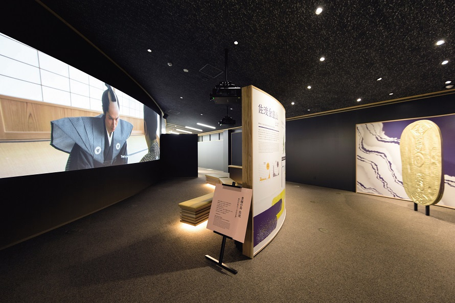 迫力ある大型スクリーンを通じて採掘技術や鉱山の歴史についての映像を上映。