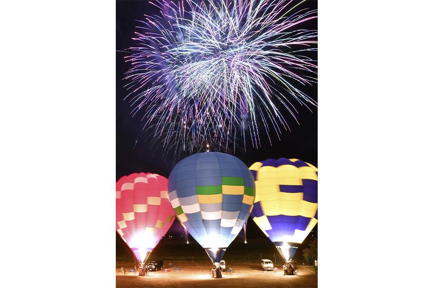 熱気球のナイトグロー(夜間係留)も見どころ。7機のバルーンが並ぶ予定。花火とのコラボも見事だ。