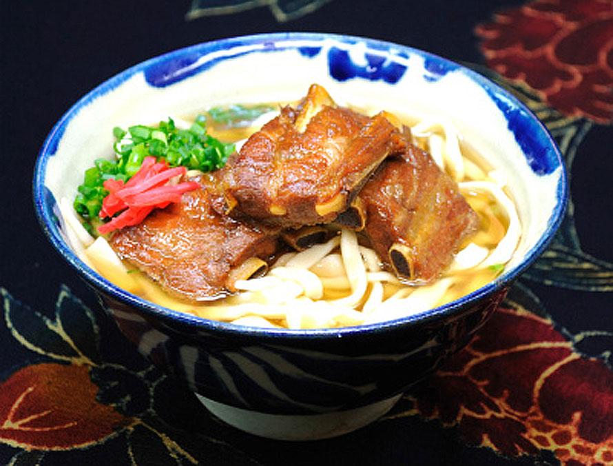 写真提供 (一社)本部町観光協会沖縄そば街道にある「自家製木灰麺 お食事処茶話乃屋」のソーキそば。木灰(もっかい)でつくる手打ちの平太麺と、コクのあるスープが好相性。大850円、中750円、小600円(税込)。