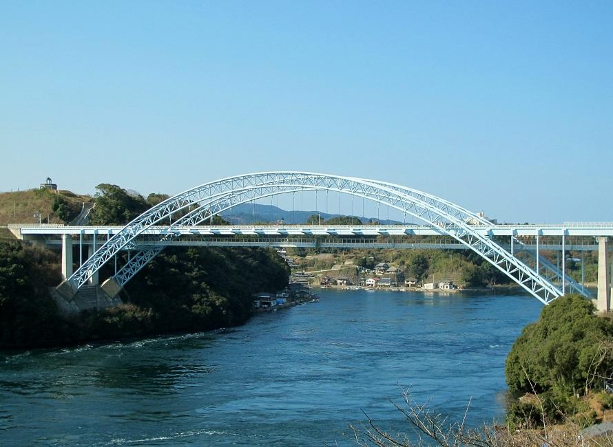 写真提供:(一社)長崎県観光連盟西彼杵道路の一部、西海パールライン有料道路である新西海橋は、うず潮で有名な針尾瀬戸に架かる橋。
