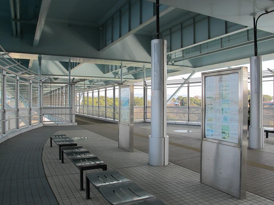 写真提供:(一社)長崎県観光連盟 橋の下に整備された遊歩道。伊ノ浦瀬戸や潮見公園を見渡せる。