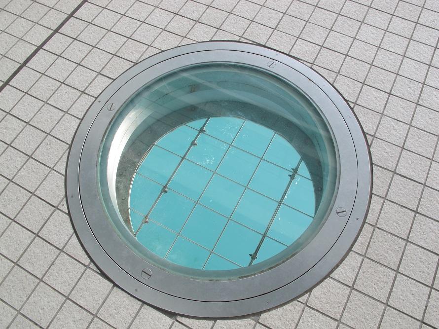 写真提供:(一社)長崎県観光連盟歩道の床に設けられた、下をのぞけるガラス窓。干満の差が大きいほど豪快なうず潮が見られるという。