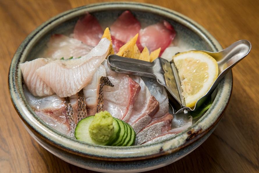 大島町の「寿し博」の「あぶり入り寿し博丼」は、地魚を生とあぶりの2つの味で楽しめる。1000円(税別)。