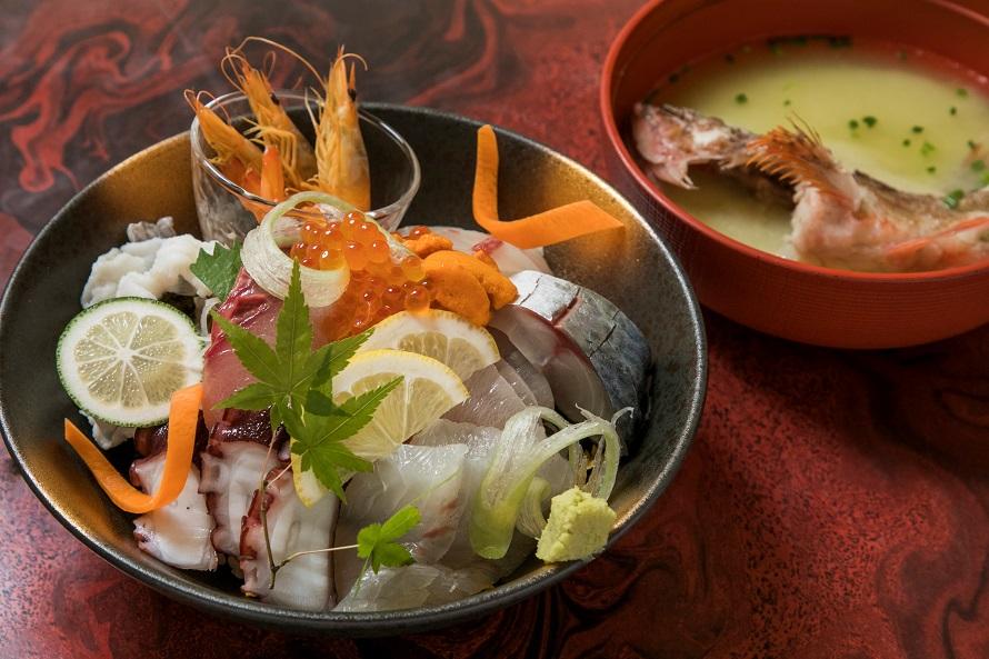 西海市産のとれたて海鮮類を使った、西彼町「鮨政」の「豪華海鮮丼」2300円(税別)。