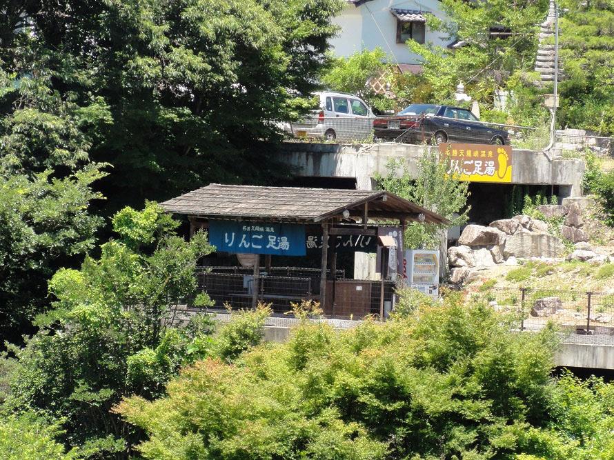 姑射橋(こやきょう)の近くの「りんご足湯」も人気(営業は3月末〜11月末)