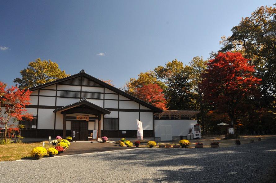 「天龍峡温泉交流館 ご湯っくり」の周辺も紅葉が美しい。