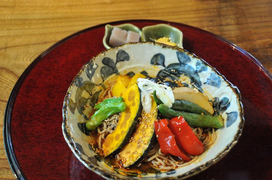 野菜たっぷりの「畑そば」はピリ辛で人気。900円。