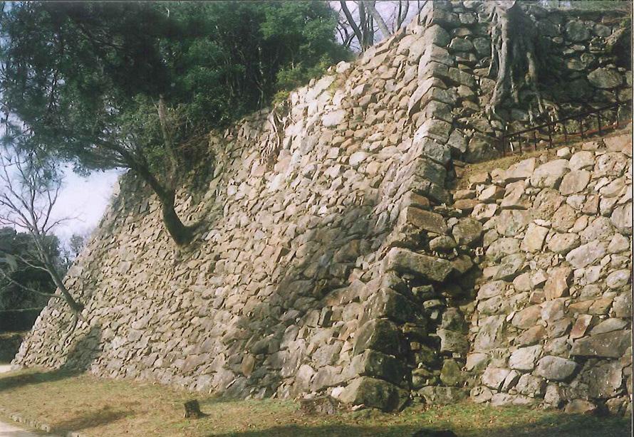 写真提供:淡路島観光協会立派な石垣がきれいに残されている。城跡のある三熊山は瀬戸内海国立公園に属し、貴重な植物も多く自生。