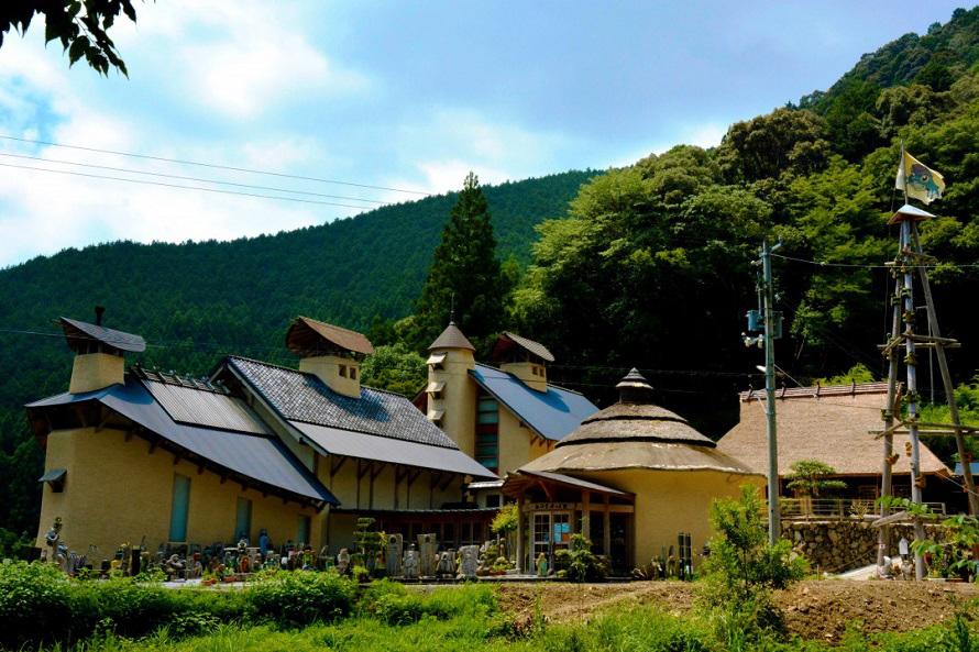 四万十町の山間にあり、側には打井川が流れる。夏は川遊びをする人も。