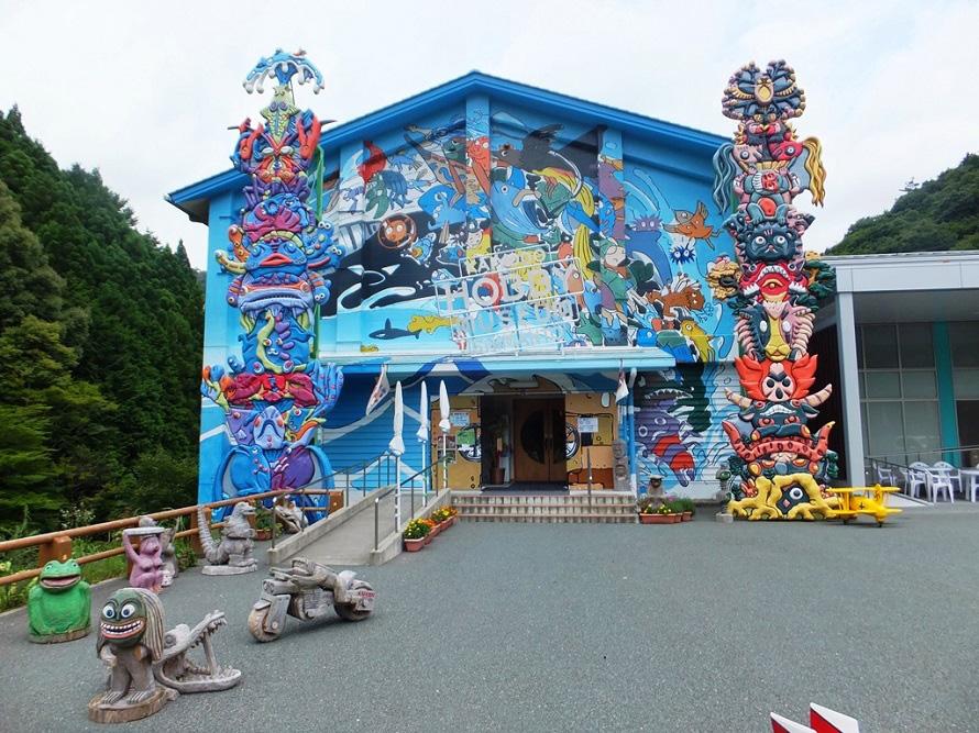 外観もインパクトがある「海洋堂ホビー館四万十」。プラモデルコレクションや最新フィギュアが並び、マニアにはたまらない。