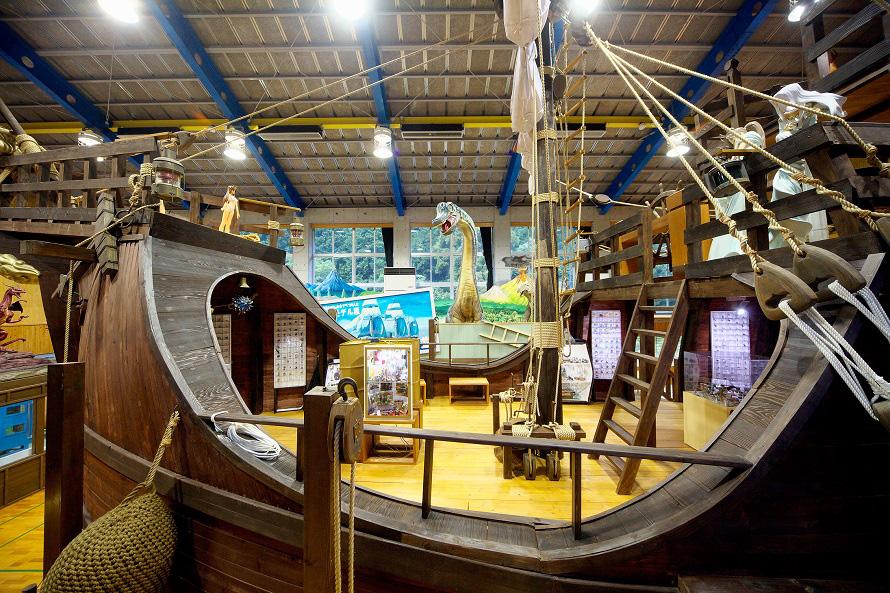 スペインの帆船・カタロニア船を模した船型の展示室。1階と2階がある。