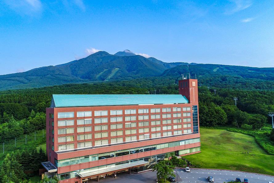 日本百名山の1つ岩木山を背に、大自然に包まれたロケーションにある。