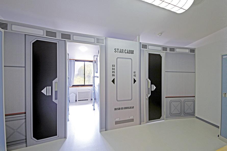 併設のプチホテルでは、宇宙船の船内をイメージしたカプセルタイプの部屋「スターキャビン」が人気。