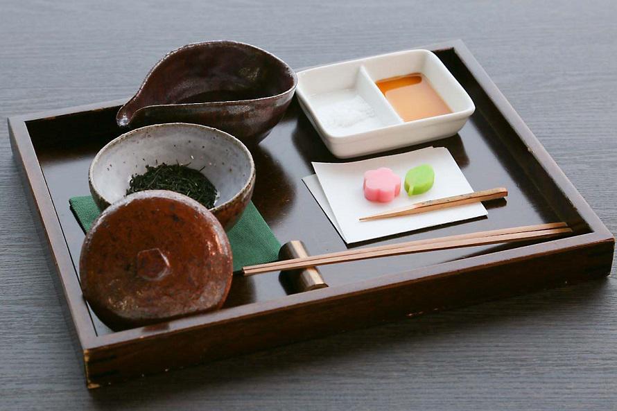 館内中央の「呈茶ホール」では、しずく茶や抹茶、紅茶などを味わえる。写真は「極上しずく茶セット」800円。最後にお茶の葉を食べる時のために酢醤油が添えられている。