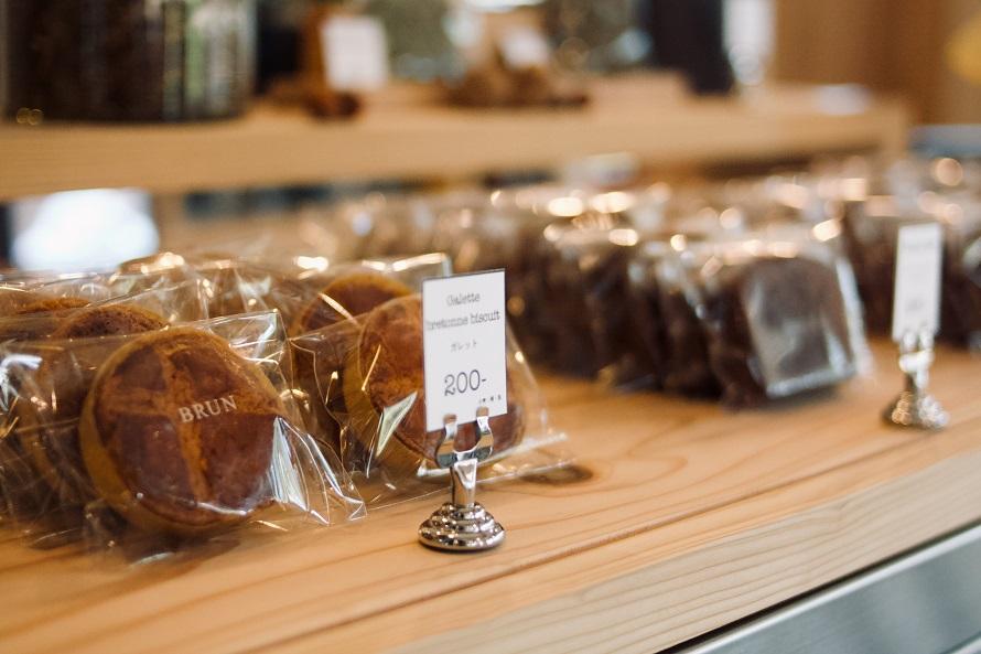 ブルトンガレットなどの焼き菓子も販売。1個200円(税別)。