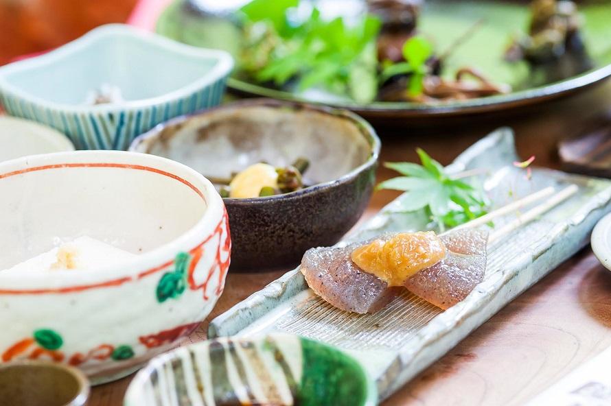 メニューは「桧コース」5500円、「杉コース」3700円、「竹コース」2500円。すべて税別。手作りの豆腐やこんにゃくの田楽など、滋味豊かな料理が並ぶ。
