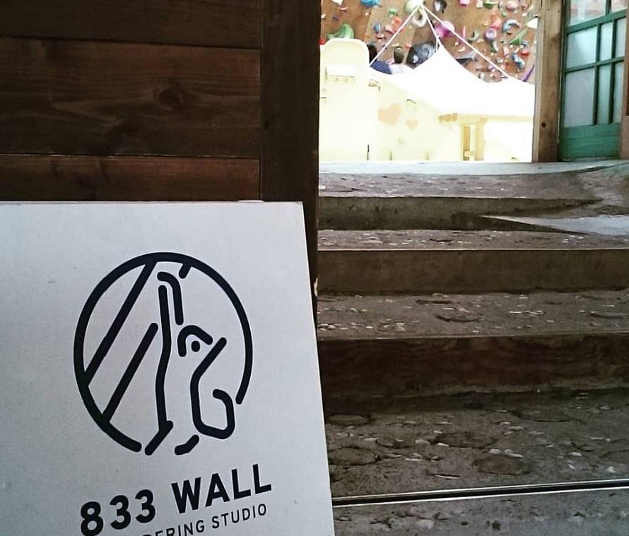 「833 WALL」では、動きやすい服装で行けばすぐにボルダリングを体験できる。シューズレンタルあり。