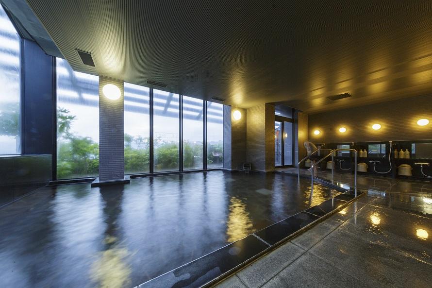 本館4階の大展望露天風呂からは、北信州の雄大な自然を一望。写真は北信五岳展望風呂(内湯)。