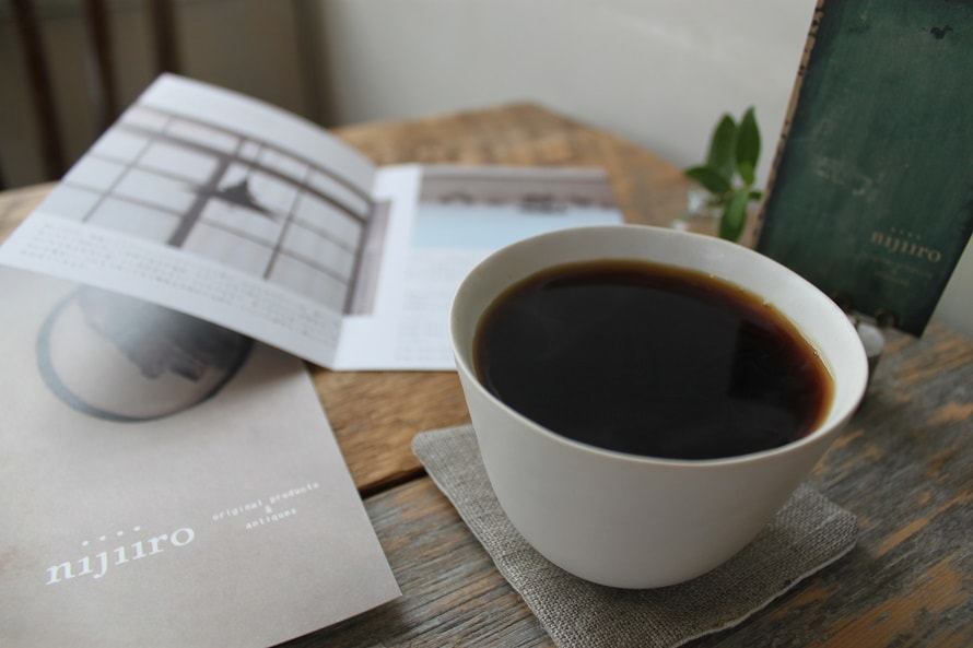 京都で焙煎したコーヒー豆を挽いた本格的なコーヒーを提供。