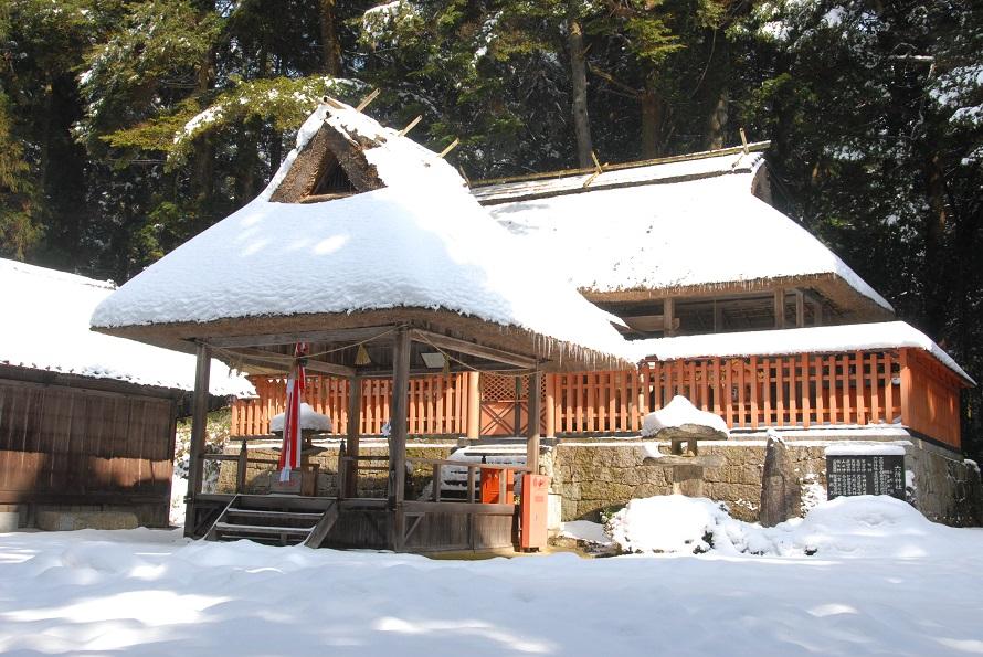 珍しい茅葺き屋根の社殿。山の上にあり、雪が積もることもある。