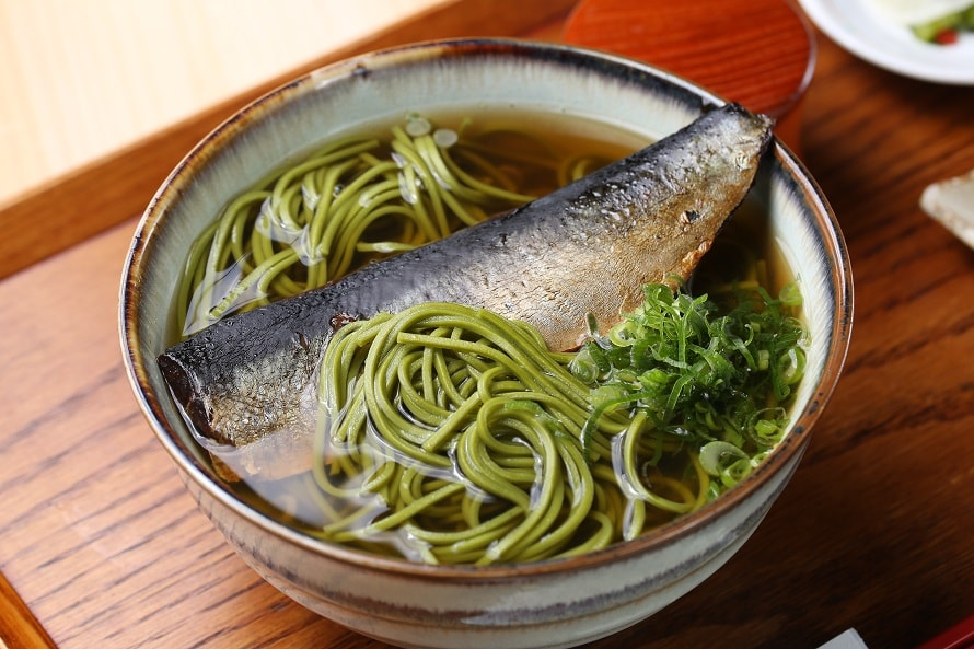 京都ならではの「にしんそば定食」は、茶飯にぎりが付いて1280円(税込)。