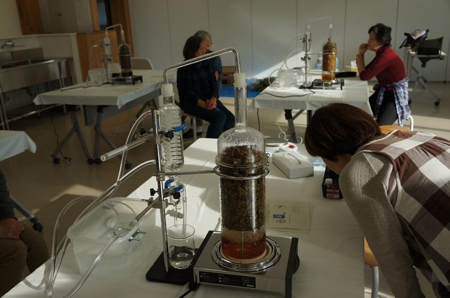 「香りの抽出実験」は、体験メニューのひとつ。年間を通じて行われることが多い。