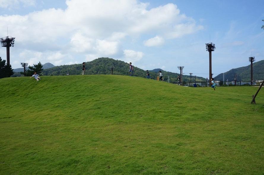 子どもたちに大人気の芝生広場はビュースポットでもある。
