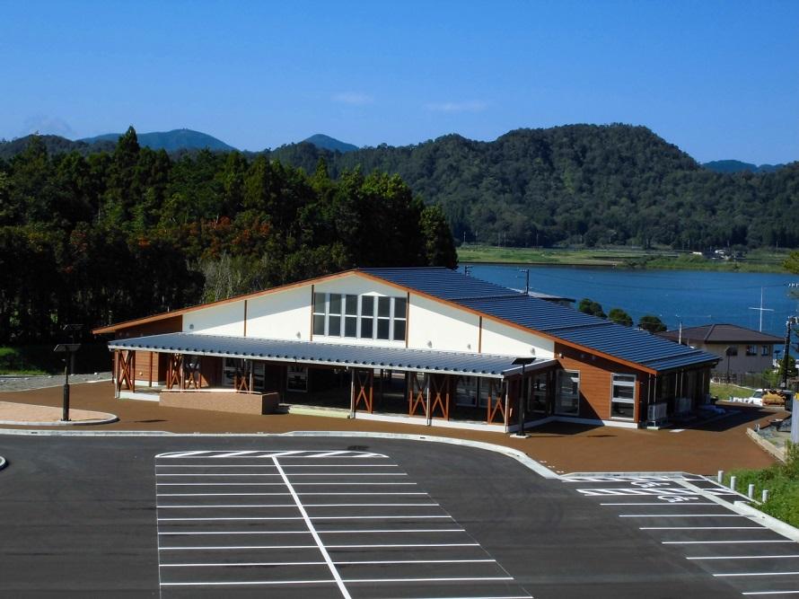 美浜町健康楽膳拠点施設「こるぱ」の背後に見えるのは、久々子湖。
