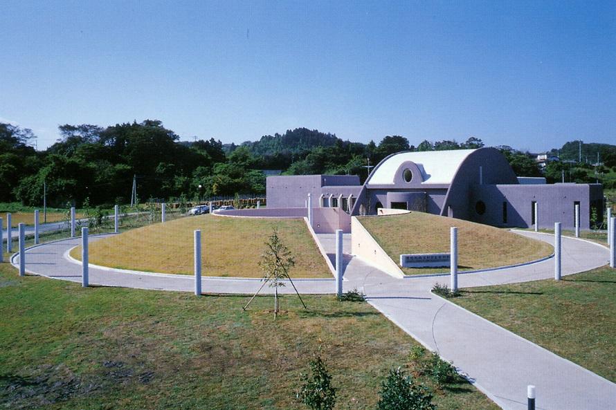 縄文の世界へと誘う縄文村歴史資料館。その奥には「さとはま縄文の里 史跡公園」がある。