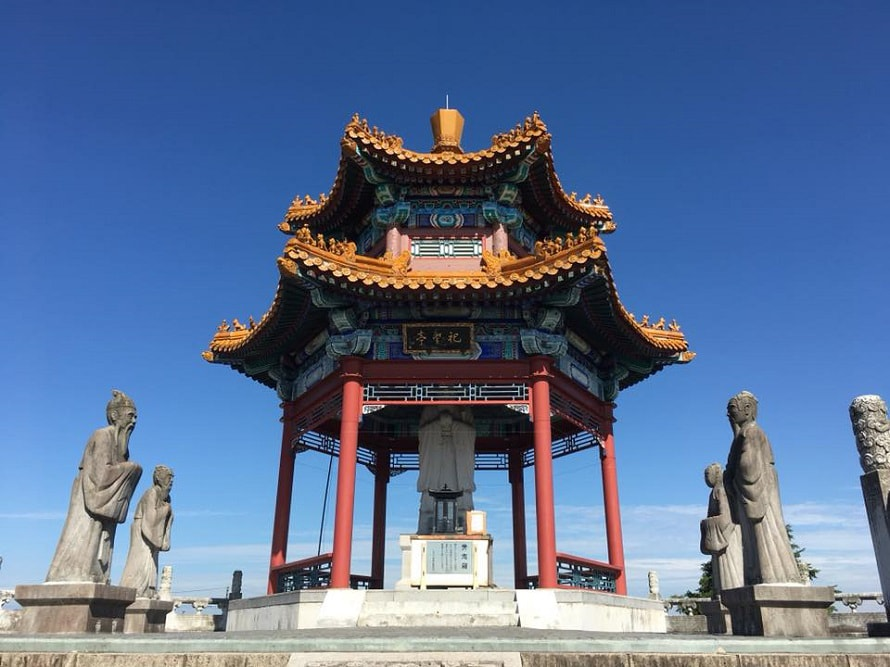 祀聖亭は孔子公園のシンボル。孔子誕生の地「山東省泗水県」の6億年前の石を用いた孔子像を納めている。