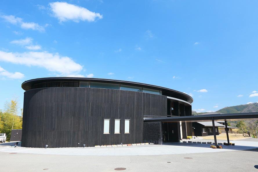 紀州木材を使って建てられたドーム型の交流棟には食堂、休憩スペース、売店コーナーが入る。