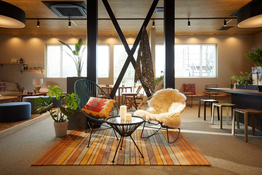 ライブラリーやカフェと一体となった空間、スローラウンジ。あたたかみのある雰囲気でくつろげる。