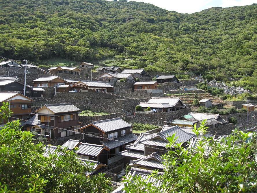 今も人々が暮らす美しい石垣の町並み。