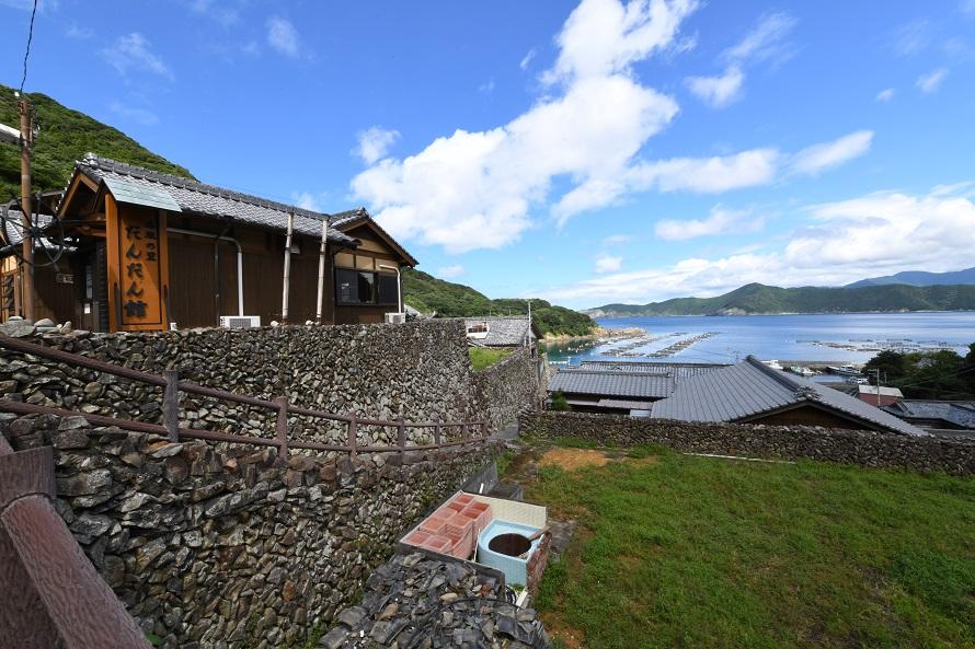 眺望がすばらしい「だんだん館」は、昔の民家を模した建物。