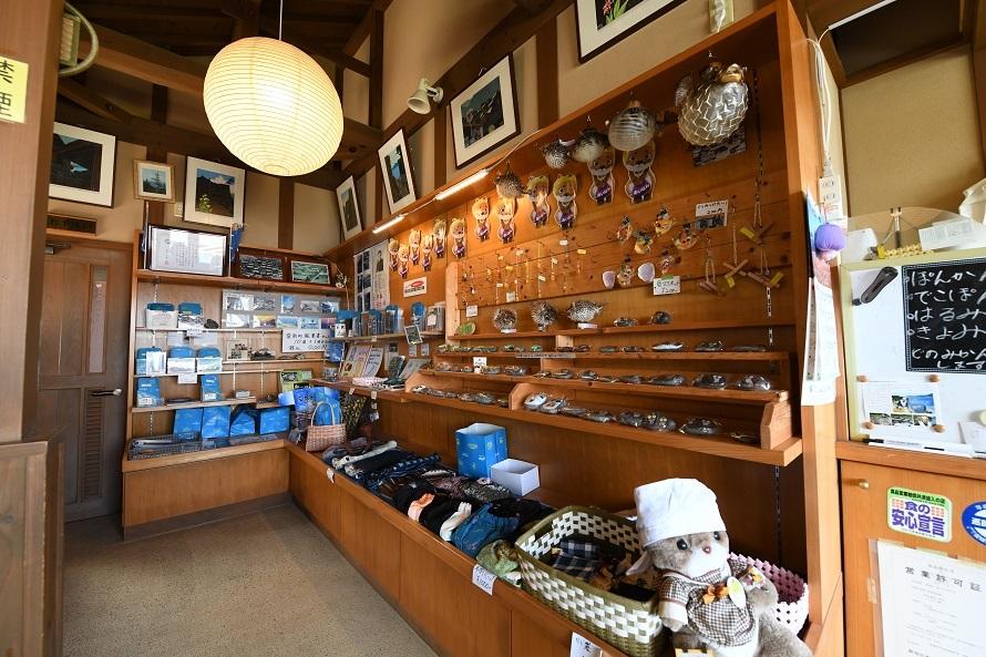 館内では地元の特産品なども販売している。