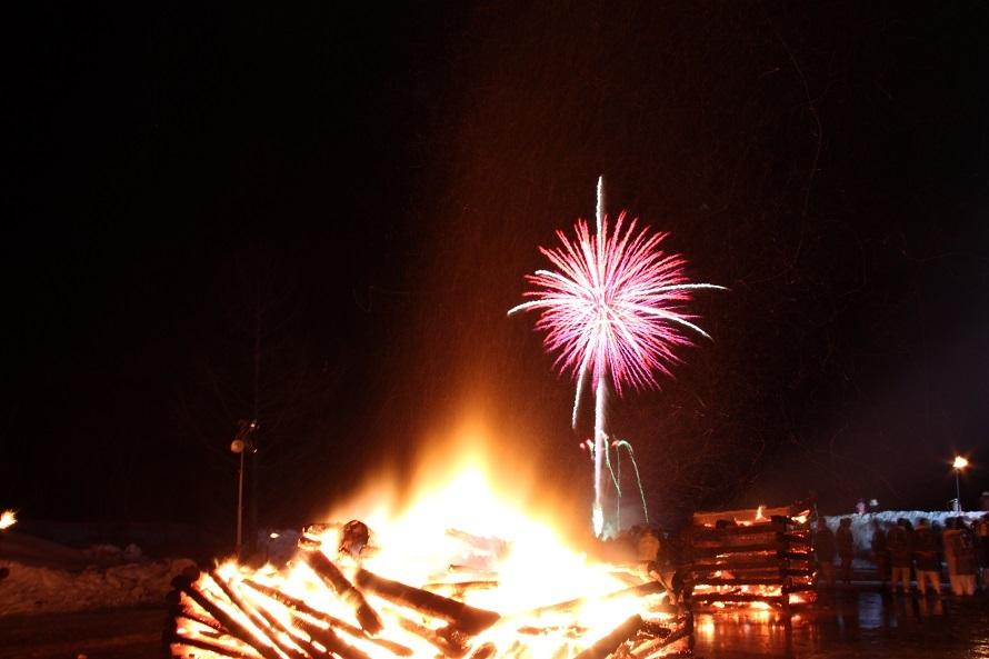 祭りの締めくくりは、冬の夜空に打ち上げられる花火。