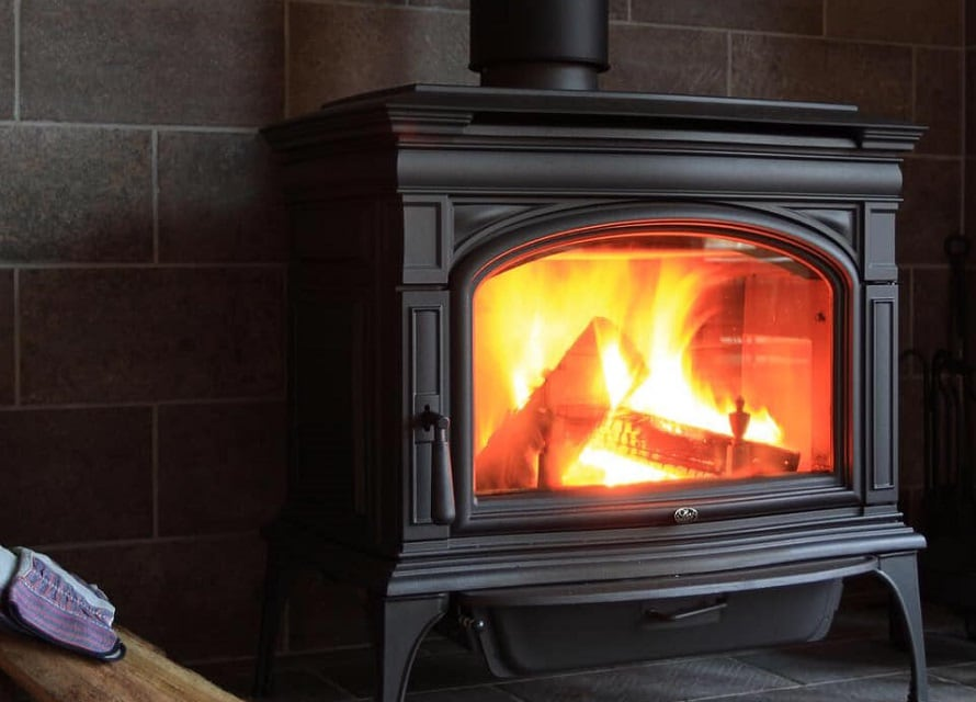 冬は薪ストーブの火が赤々と燃え、いつも暖か。